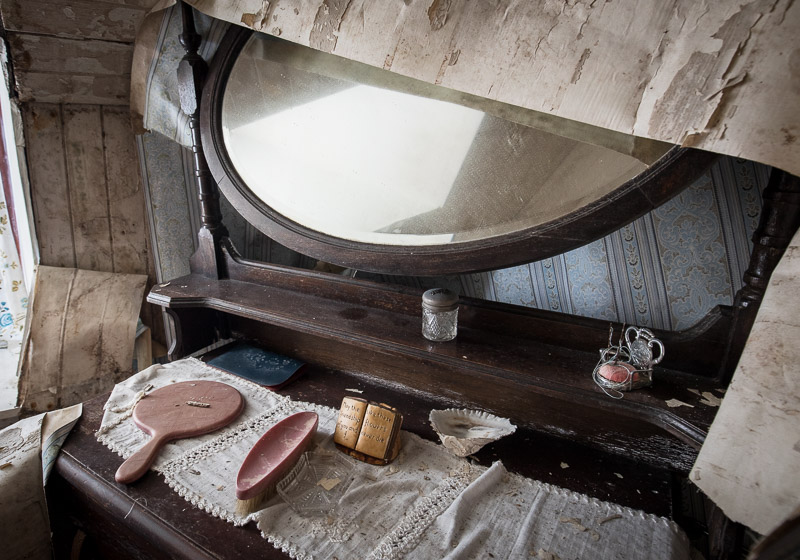 Ghost dressing table